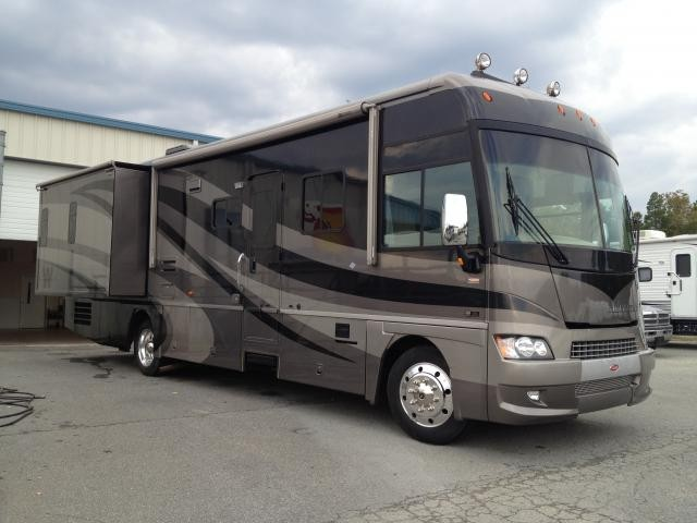 2006 Winnebago Adventurer 35U High End, Full Body Paint, Leveling Jacks, Generator and more