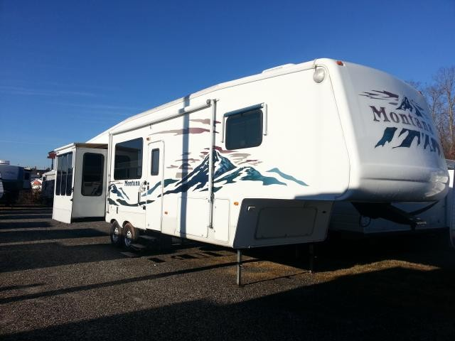 2005 KEYSTONE MONTANA 3650RK REAR KITCHEN 4 SLIDES