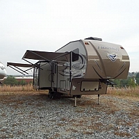 Flagstaff 8528IKWS Light weight 3 slide couple's fifth wheel. Short bed towable. AUTO LEVEL. 2 AC, toppers over slides, Hi-gloss fiberglass. LUXURY but easy to tow. Duncan, SC