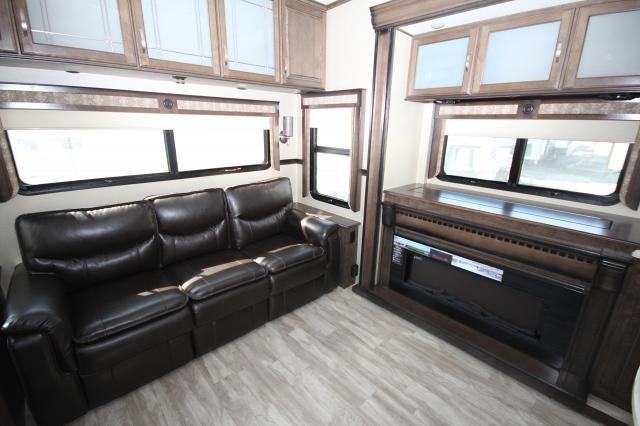 2018 Grand Design Solitude 373fb Front Bedroom W Vanity