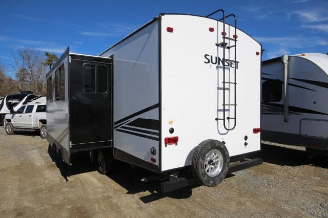 2019 Crossroads Sunset Trail 253RB Rear Bath Corner Radius Shower One Slide Booth Dinette Solid Steps Outdoor Kitchen w/ Capital Grill Closet Space CONCORD NC